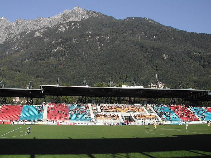 File:Haupttribüne mit Gebirge.JPG