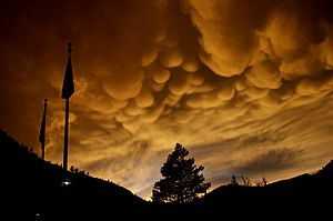 English: Mammatus clouds forming after thunder...