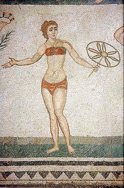 Una delle fanciulle in bikini nel celebre mosaico di Piazza Armerina