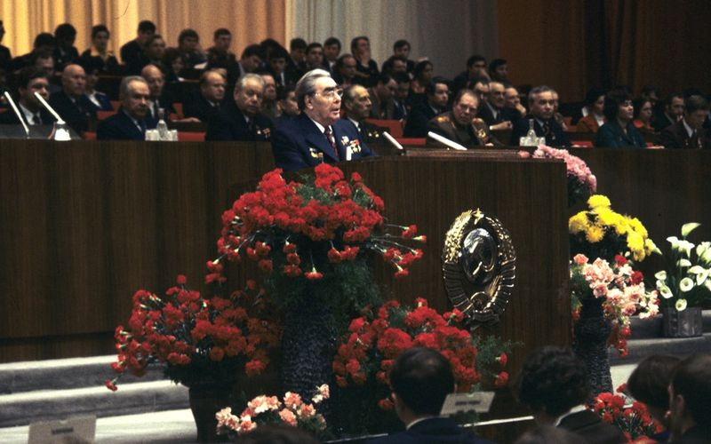 Archivo:RIAN archive 417888 Leonid Brezhnev speaks at 18th Komsomol Congress opening.jpg