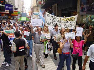 Español: Cacerolazo. Manifestación. Marcha con...