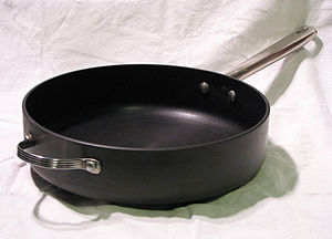 English: Anodized aluminum saute pan. Circulon...