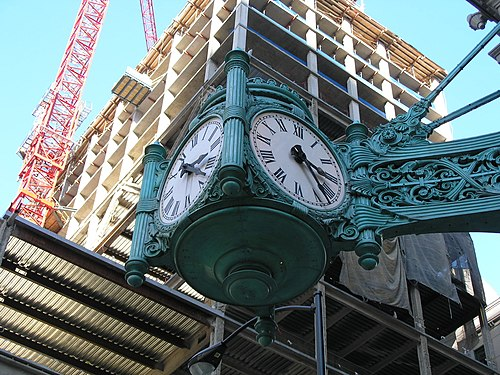 https://i2.wp.com/upload.wikimedia.org/wikipedia/commons/thumb/2/29/Marshall_Field_and_Co._clock_at_State_St..JPG/500px-Marshall_Field_and_Co._clock_at_State_St..JPG