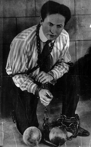 Harry Houdini (1874–1926), Stone walls and cha...