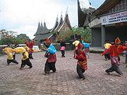 https://i2.wp.com/upload.wikimedia.org/wikipedia/commons/thumb/2/2b/Randai_Padang_Panjang.jpg/180px-Randai_Padang_Panjang.jpg