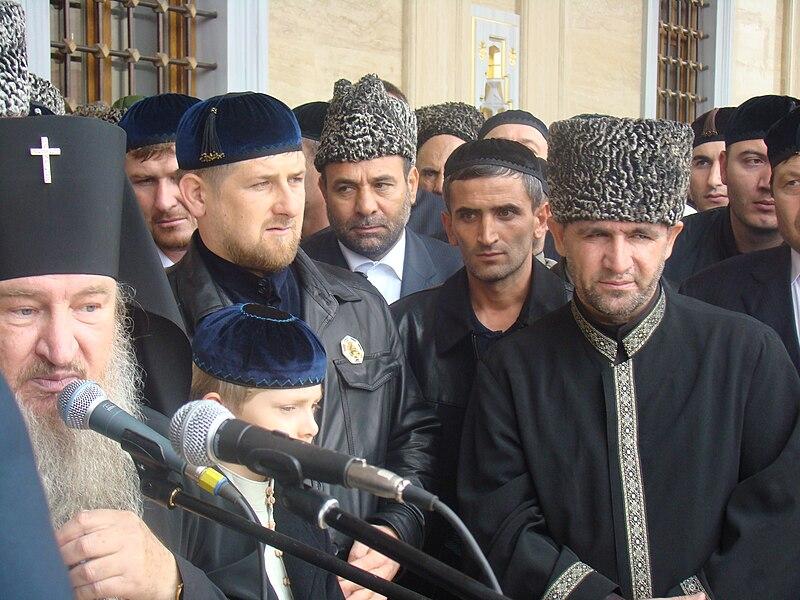 https://i2.wp.com/upload.wikimedia.org/wikipedia/commons/thumb/2/2b/Russisch-orthodoxer_W%C3%BCrdentr%C3%A4ger%2C_Ramsan_Kadyrow_und_Mufti_Sultan_Mirzaev_bei_der_Er%C3%B6ffnung_der_Achmat-Kadyrow-Moschee_in_Grosny.jpg/800px-Russisch-orthodoxer_W%C3%BCrdentr%C3%A4ger%2C_Ramsan_Kadyrow_und_Mufti_Sultan_Mirzaev_bei_der_Er%C3%B6ffnung_der_Achmat-Kadyrow-Moschee_in_Grosny.jpg