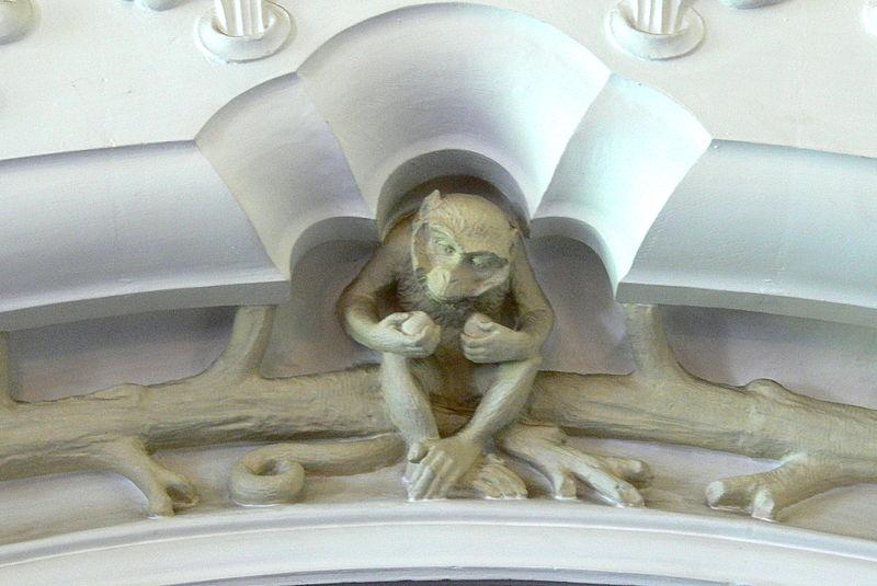 File:Cardiff Castle - Bibliothek Eingang mit Affen 2.jpg