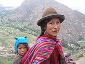 Mujer quechua en los Andes peruanos con su hijo.