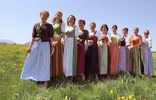 """Junge Frauen im """"Diandlgwand"""""""