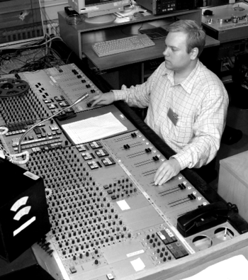 https://i2.wp.com/upload.wikimedia.org/wikipedia/commons/thumb/2/2e/Engineer_at_audio_console_at_Danish_Broadcasting_Corporation.png/350px-Engineer_at_audio_console_at_Danish_Broadcasting_Corporation.png