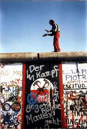 Juggling on the Berlin Wall on 16. November 19...