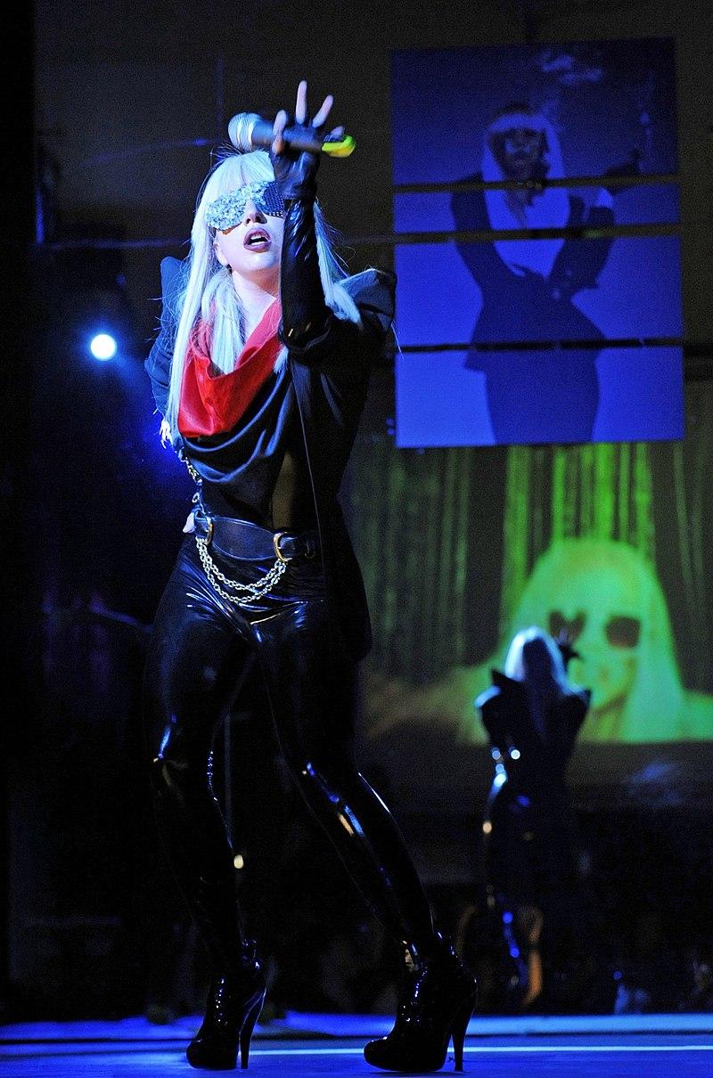 Леди Гага исполняет «Just Dance» на промотурне вМонреале