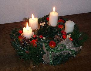 Lëtzebuergesch: Adventskranz um drëtten Advent...