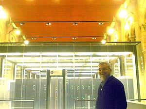 El director del BSC, Mateo Valero, junto al supercomputador MareNostrum