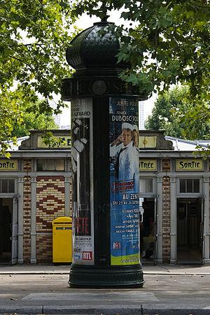 Français : Colonne Morris à l'entrée du métro ...