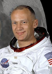 https://i2.wp.com/upload.wikimedia.org/wikipedia/commons/thumb/3/32/Buzz_Aldrin_(Apollo_11).jpg/200px-Buzz_Aldrin_(Apollo_11).jpg