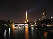 Menara Eiffel dan Seine di malam hari