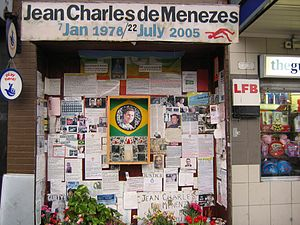 """""""Santuário"""" de Jean de Charles de Menezes, na entrada da estação de Stockwell"""