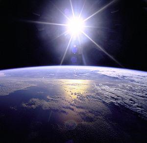 English: Uncropped sunburst over Earth