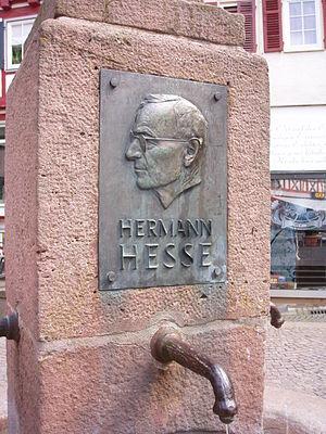 Relief am Brunnen auf dem Hesseplatz