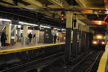 English: New York Penn Station platforms and L...