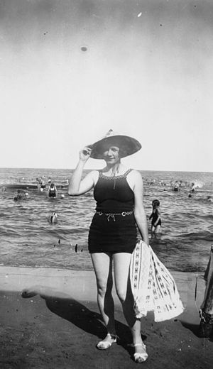 English: Swimsuit-clad woman poses on the beac...