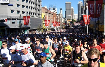 English: Runners in the 2007 City2Surf running...