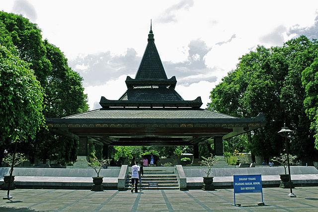https://i2.wp.com/upload.wikimedia.org/wikipedia/commons/thumb/3/36/Makam_Soekarno.jpg/640px-Makam_Soekarno.jpg