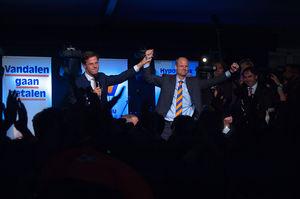 Mark Rutte en campagneleider Stef Blok vieren ...