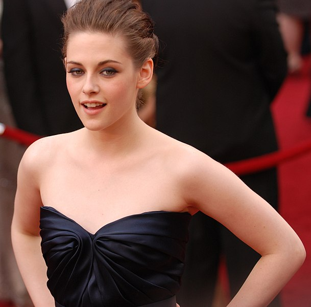 File:Kristen Stewart @ 2010 Academy Awards (cropped).jpg