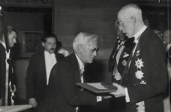 English: Alexander Fleming receives the Nobel ...