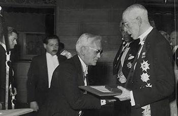 English: Alexander Fleming receives the Nobel ...