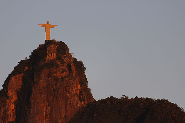 https://i2.wp.com/upload.wikimedia.org/wikipedia/commons/thumb/3/38/Cristo_Redentor_visto_de_Botafogo_04.JPG/640px-Cristo_Redentor_visto_de_Botafogo_04.JPG?w=1050&ssl=1