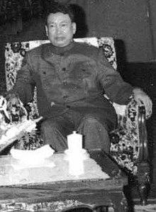 Schwarz-weiß Fotografie von Pol Pot in einem Lehnsessel