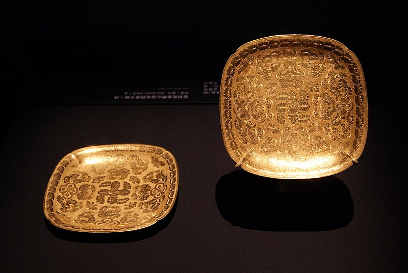 File:Square lobed gold dishes from the Belitung shipwreck, ArtScience Museum, Singapore - 20110618.jpg