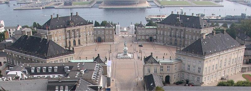 Ficheiro:Amalienborg from top of church cropped.jpg