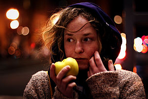 English: A woman eating an apple Français : Un...