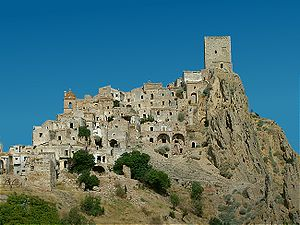https://i2.wp.com/upload.wikimedia.org/wikipedia/commons/thumb/3/3c/Craco0001.jpg/300px-Craco0001.jpg