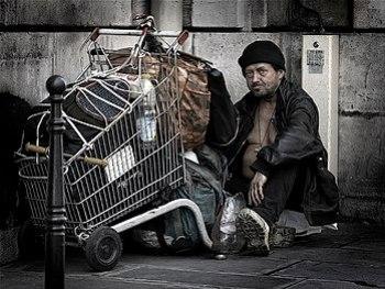 English: A homeless man in Paris Français : Un...