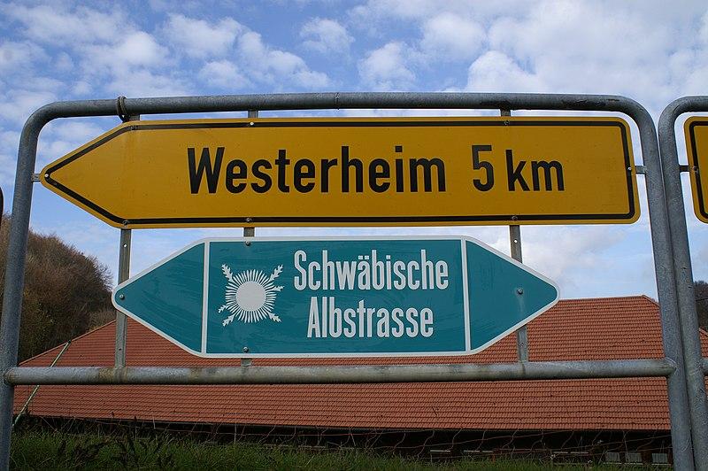 Von Hohenstadt kommend führt die Schwäbische Albstraße links ab nach Westerheim, rechts führt sie ins Filstal nach Wiesensteig