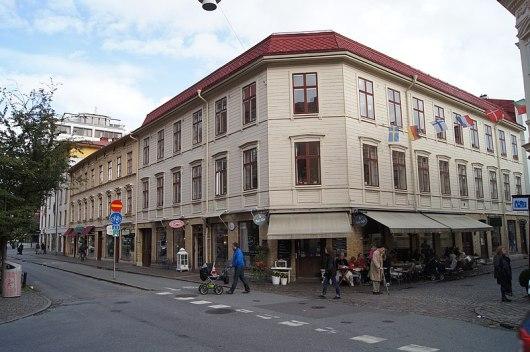 Landshövdingehuset och trähuset på Landsvägsgatan år 2012