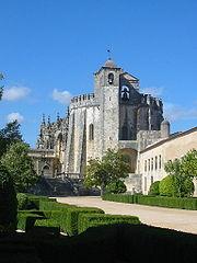 Mănăstirea lui Cristos din castelul Tomar, Portugalia. Construită în 1160 ca o fortăreaţă pentru cavalerii templieri, a devenit cartierul general al redenumitului Ordin al lui Cristos. În 1983, a devenit un loc din patrimoniul mondial UNESCO.