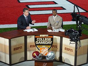 English: ESPN College GameDays Chris Fowler (l...