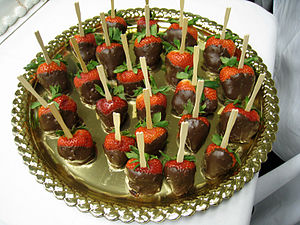 English: A tray of chocolate-covered strawberr...