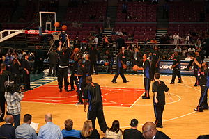 New York Knicks players warming up before a ga...