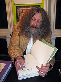 Alan Moore mentre firma autografi