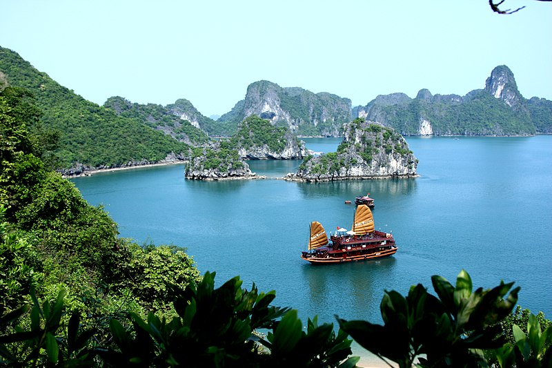 800px-asia_cruise_junk_in_halong_bay