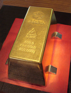 English: A 250kg gold bar in the Toi gold mine...