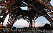 Pemandangan panorama dari bawah Menara Eiffel.