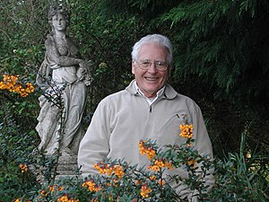 English: A 2005 photograph of James Lovelock, ...